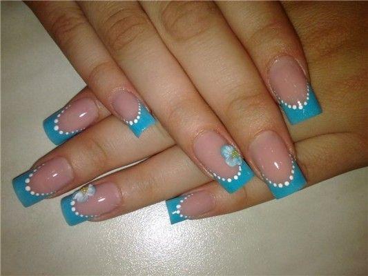 блакитний френч на нігтях