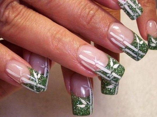 зелений френч на нігтях