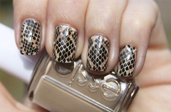 зміїний принт на нігтях