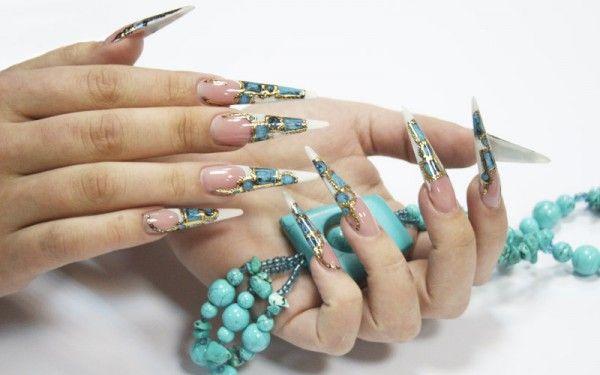 Незвичайний манікюр - рідкі камені на нігтях
